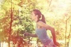 Mujer que corre en bosque del verano foto de archivo libre de regalías