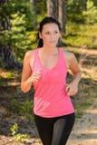 Mujer que corre en el campo imagen de archivo