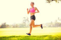Mujer que corre en el parque Imagenes de archivo