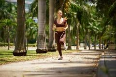 Mujer que corre en la mañana en la ciudad Foto de archivo libre de regalías