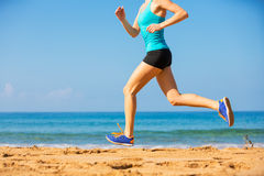 Mujer que corre en la playa Fotografía de archivo libre de regalías