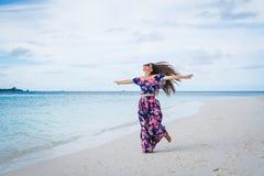 Mujer que corre en la playa con agua transparente del océano en Maldivas Fotos de archivo