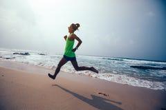Mujer que corre en la playa tropical fotos de archivo