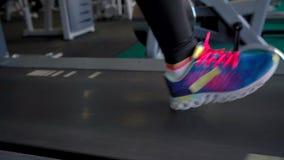 Mujer que corre en la rueda de ardilla en el gimnasio, cámara lenta