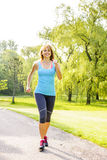 Mujer que corre en parque Imagen de archivo