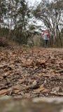 Mujer que corre en un rastro Imagenes de archivo