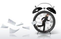 Mujer que corre en un reloj gigante Fotografía de archivo
