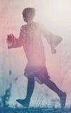 Mujer que corre a la libertad a través de campo del campo Imagen de archivo libre de regalías