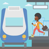 Mujer que corre a lo largo de la plataforma Fotos de archivo libres de regalías