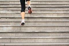 Mujer que corre para arriba en las escaleras de piedra Imágenes de archivo libres de regalías