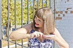 Mujer que corrige el peinado Imágenes de archivo libres de regalías