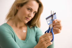 Mujer que corta de la tarjeta de crédito Fotos de archivo libres de regalías