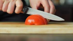 mujer que corta el tomate metrajes
