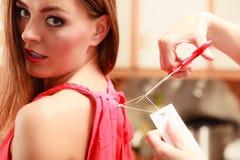 Mujer que corta quitando el precio del tablero de la etiqueta Imagenes de archivo