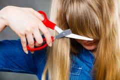 Mujer que corta su franja fotos de archivo libres de regalías