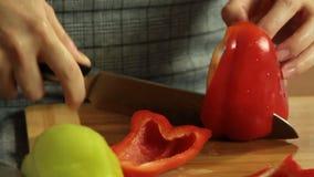 Mujer que corta verduras mientras que cocina el quesadilla de la patata dulce metrajes