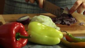 Mujer que corta verduras y que cocina el quesadilla de la patata dulce metrajes