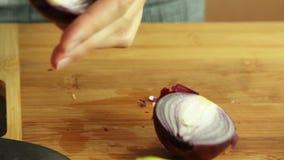 Mujer que corta verduras y que cocina el quesadilla de la patata dulce almacen de metraje de vídeo