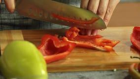 Mujer que corta verduras y que cocina el quesadilla de la patata dulce almacen de video