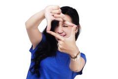 Mujer que crea un marco con los fingeres Imágenes de archivo libres de regalías