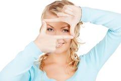 Mujer que crea un marco con los fingeres o foto Imagen de archivo libre de regalías