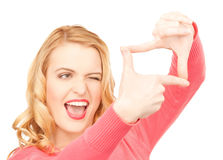 Mujer que crea un marco con los fingeres o foto Foto de archivo libre de regalías