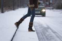 Mujer que cruza el camino Fotos de archivo