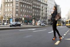 Mujer que cruza la calle Foto de archivo