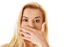 Mujer que cubre su boca, aislada en blanco Imágenes de archivo libres de regalías