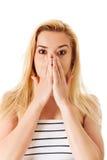 Mujer que cubre su boca, aislada en blanco Fotos de archivo