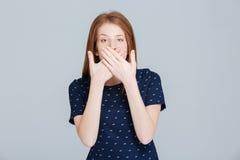 Mujer que cubre su boca con las palmas Fotos de archivo libres de regalías