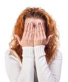 Mujer que cubre su boca por la mano Imagen de archivo