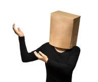 Mujer que cubre su cabeza usando una bolsa de papel Imagen de archivo libre de regalías