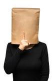 Mujer que cubre su cabeza usando una bolsa de papel tranquilidad Imágenes de archivo libres de regalías