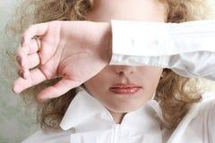 Mujer que cubre sus ojos Imagenes de archivo