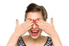 Mujer que cubre sus ojos Imagen de archivo libre de regalías
