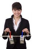 Mujer que cuelga cientos cuentas de dólar en cuerda para tender la ropa imagen de archivo