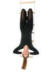 Mujer que cuelga en una escala de cuerda Imágenes de archivo libres de regalías