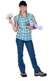 Mujer que cuelga para arriba el papel pintado foto de archivo libre de regalías
