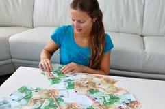 Mujer que cuenta el dinero imagenes de archivo