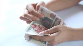 Mujer que cuenta el vídeo del dinero almacen de metraje de vídeo
