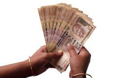 Mujer que cuenta rupias indias imagenes de archivo