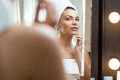 Mujer que cuida sobre su piel Foto de archivo libre de regalías