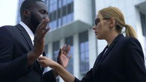 Mujer que culpa al empleado afroamericano en el fracaso de lanzamiento, discriminación racial almacen de video