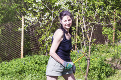 Mujer que cultiva un huerto - afición del otoño imagen de archivo libre de regalías