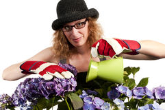 Mujer que cultiva un huerto con la poder de riego imágenes de archivo libres de regalías