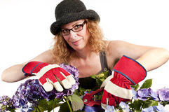 Mujer que cultiva un huerto con las tijeras de podar Imagenes de archivo
