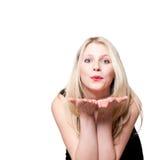 Mujer que da beso del vuelo. Imagen de archivo libre de regalías