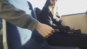 Mujer que da el boleto al conductor, inspector que comprueba los documentos, transporte público almacen de video