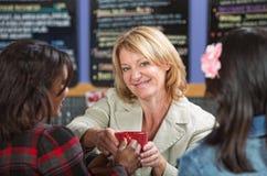Mujer que da el café Fotografía de archivo